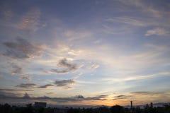 O céu da manhã com nuvens e o sol irradiam o fundo Fotografia de Stock Royalty Free