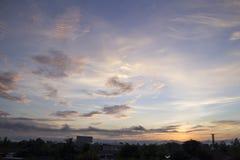 O céu da manhã com nuvens e o sol irradiam o fundo Imagens de Stock