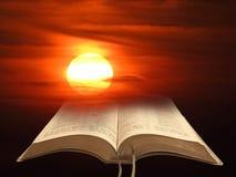 O céu da pintura do watercolour do por do sol nubla-se a Bíblia da arte imagem de stock