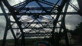 O céu de aço nubla-se sombras da vida urbana do tráfego Imagens de Stock Royalty Free