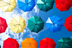 O céu de guarda-chuvas coloridos Rua com guarda-chuvas Fotos de Stock Royalty Free