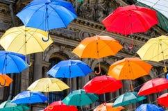 O céu de guarda-chuvas coloridos Rua com guarda-chuvas Fotografia de Stock