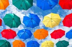O céu de guarda-chuvas coloridos Rua com guarda-chuvas Imagem de Stock Royalty Free