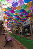 O céu de guarda-chuvas coloridos Rua com guarda-chuvas, Portugal Imagem de Stock
