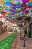 O céu de guarda-chuvas coloridos Rua com guarda-chuvas, Portugal Imagem de Stock Royalty Free