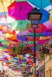 O céu de guarda-chuvas coloridos Rua com guarda-chuvas, Portugal Foto de Stock Royalty Free