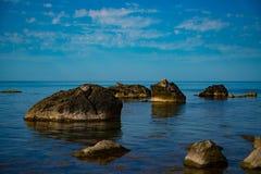 O céu do mar apedreja nuvens Fotos de Stock