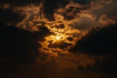 O céu do por do sol com nuvens e sol fotos de stock royalty free