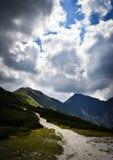 O céu dramático acima do cume da montanha Fotografia de Stock Royalty Free