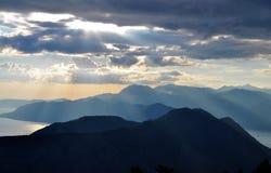 O céu e as montanhas no final da tarde foto de stock royalty free