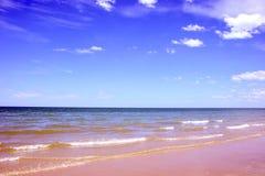 O céu e as nuvens de Sandy Coastline Horizon Beach Waves ajardinam fotografia de stock royalty free