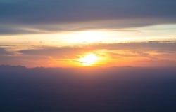 O céu e as nuvens do por do sol ajardinam, o céu bonito Vi do por do sol do cenário foto de stock