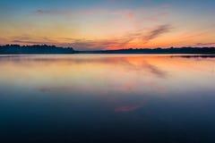 O céu e o lago no crepúsculo após o por do sol fotos de stock royalty free