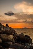 O céu e o mar românticos no alvorecer imagem de stock royalty free
