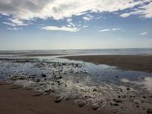 O céu e a praia na manhã fotos de stock royalty free