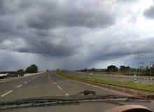 O céu encontra a estrada Fotos de Stock Royalty Free