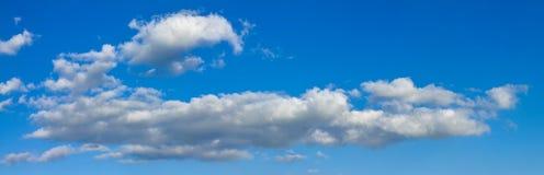 O céu ensolarado azul com nuvens brancas ajardina a bandeira Fotos de Stock Royalty Free