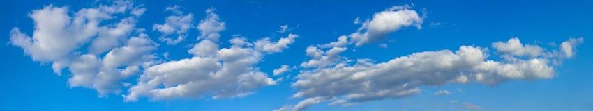 O céu ensolarado azul com nuvens brancas ajardina a bandeira Imagem de Stock Royalty Free