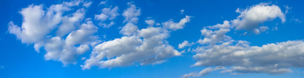 O céu ensolarado azul com nuvens brancas ajardina a bandeira Foto de Stock Royalty Free