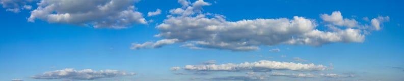 O céu ensolarado azul com nuvens brancas ajardina a bandeira Foto de Stock