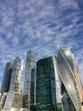 O céu ensolarado do centro de negócios internacional de Moscou da cidade de Moscou nubla, dia positivo do verão, Rússia imagem de stock royalty free