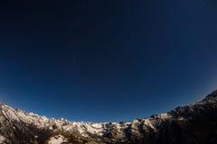 O céu estrelado acima dos cumes, opinião do fisheye de 180 graus foto de stock