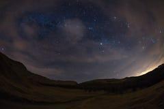 O céu estrelado nos cumes, opinião ultra larga do fisheye imagens de stock