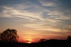 O céu iluminado pelo sol de ajuste Fotos de Stock Royalty Free