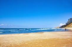 O céu o mar e a areia fotografia de stock royalty free