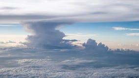 O céu nebuloso e azul bonito cedo dentro na noite Imagens de Stock