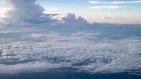 O céu nebuloso e azul bonito cedo dentro na noite Imagem de Stock Royalty Free