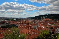 O céu nos telhados de Praga fotos de stock royalty free
