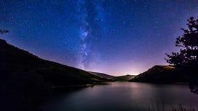 O céu noturno stars o timelapse Via Látea na paisagem do lago da montanha vídeos de arquivo