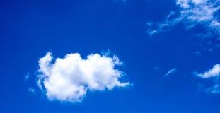 O céu nubla-se nuvens brancas bluesky Imagens de Stock Royalty Free
