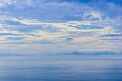 O céu & o mar refletem Foto de Stock