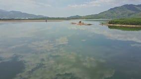 O céu superior do panorama nubla-se a reflexão no lago com ilha da areia video estoque