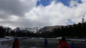 O c?u vazio, c?u azul, montanha branca da neve, l? ? muitas nuvens brancas no c?u fotos de stock