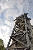 O céu velho incomum de construção das árvores do parque abriga a cultura fotos de stock