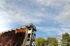 O céu velho incomum de construção das árvores do parque abriga fora Fotos de Stock Royalty Free