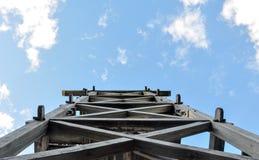 O céu velho incomum de construção das árvores do parque abriga a ilustração fotografia de stock royalty free