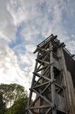 O céu velho incomum de construção das árvores do parque abriga o verão foto de stock royalty free