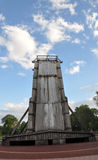 O céu velho incomum de construção das árvores do parque abriga a região fotos de stock