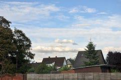 O céu velho incomum de construção das árvores do parque abriga a vista Imagens de Stock Royalty Free