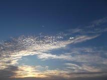 O céu vermelho bonito no por do sol imagem de stock royalty free