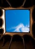 O céu visto de um claustro do romanesque Fotografia de Stock