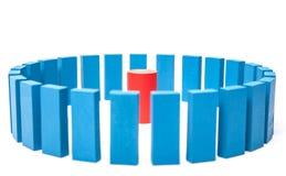 O círculo de blocos de apartamentos azuis cerca o único vermelho um Imagem de Stock