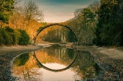 O círculo deu forma à ponte do cke do ¼ de RakotzbrÃ, Alemanha foto de stock