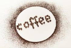 O círculo feito do pó do café no branco isolou o fundo imagens de stock