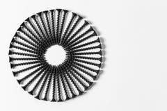 O círculo maravilhoso dos parafusos pretos, ajustou-se um por um, em um fundo branco fotos de stock royalty free