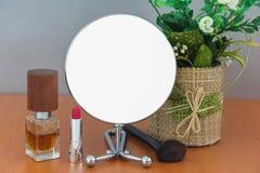 O círculo moderno brilhante vazio do metal compõe o espelho na bandeira vazia branca da propaganda da tabela de madeira trocista  fotografia de stock royalty free
